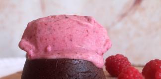 Petit Gateau Vegan com gelado de frutos vermelhos